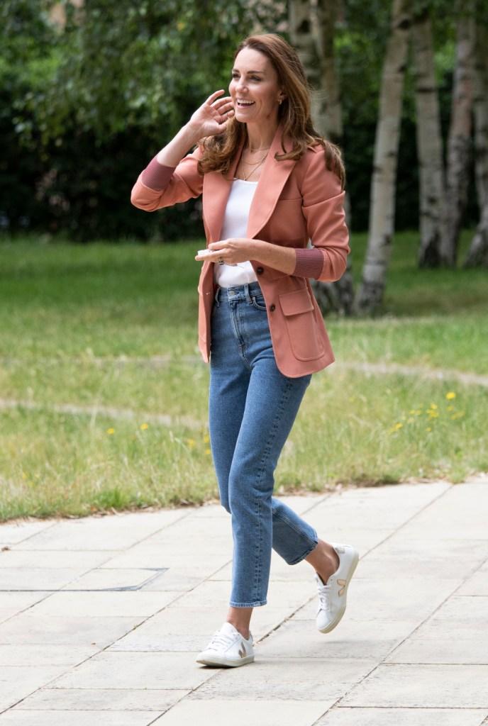 kate middleton, blazer, jeans, sneakers