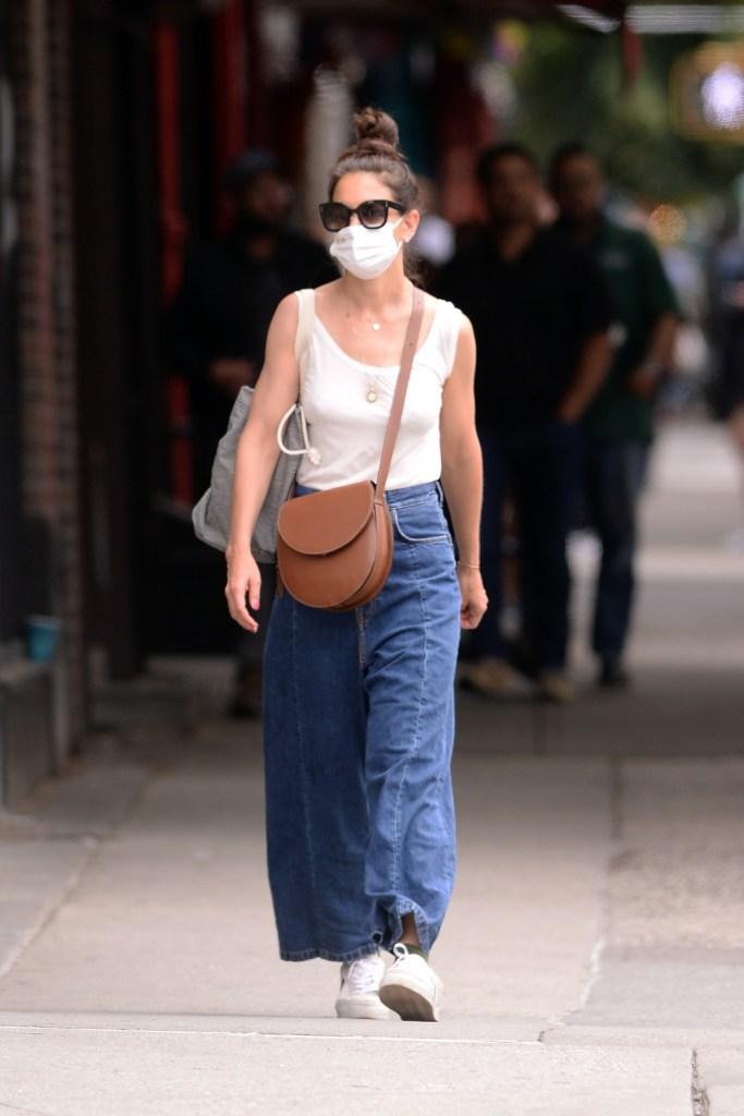 katie holmes, baggy jeans, sneakers, nyc
