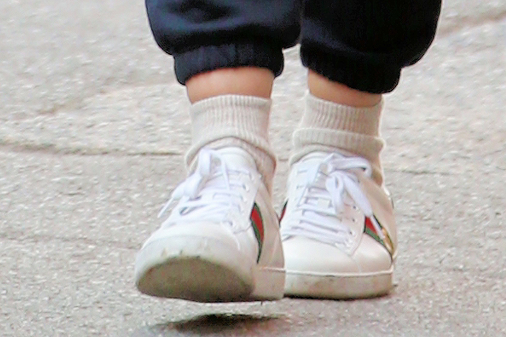 katie holmes, sneakers, sweatpants, sweats, t-shirt, hat, new york