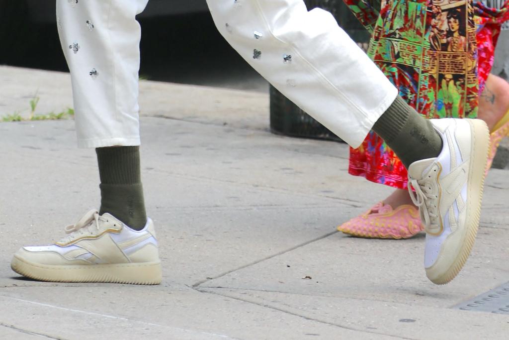 Gigi Hadid, sneakers