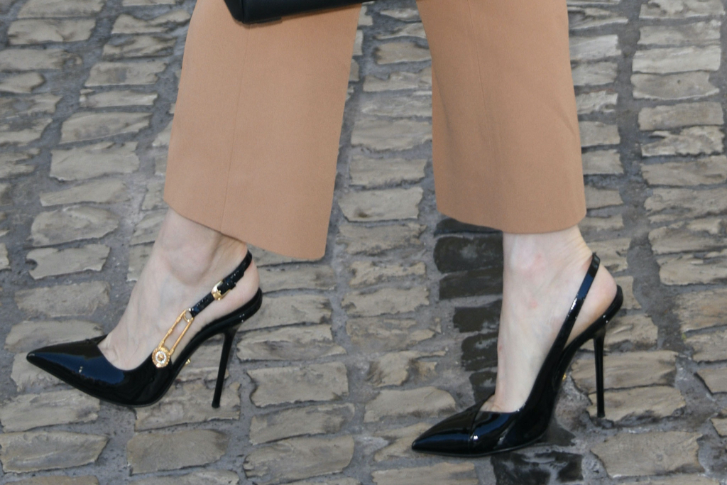 Jessica Chastain, Versace, pumps, safety pin