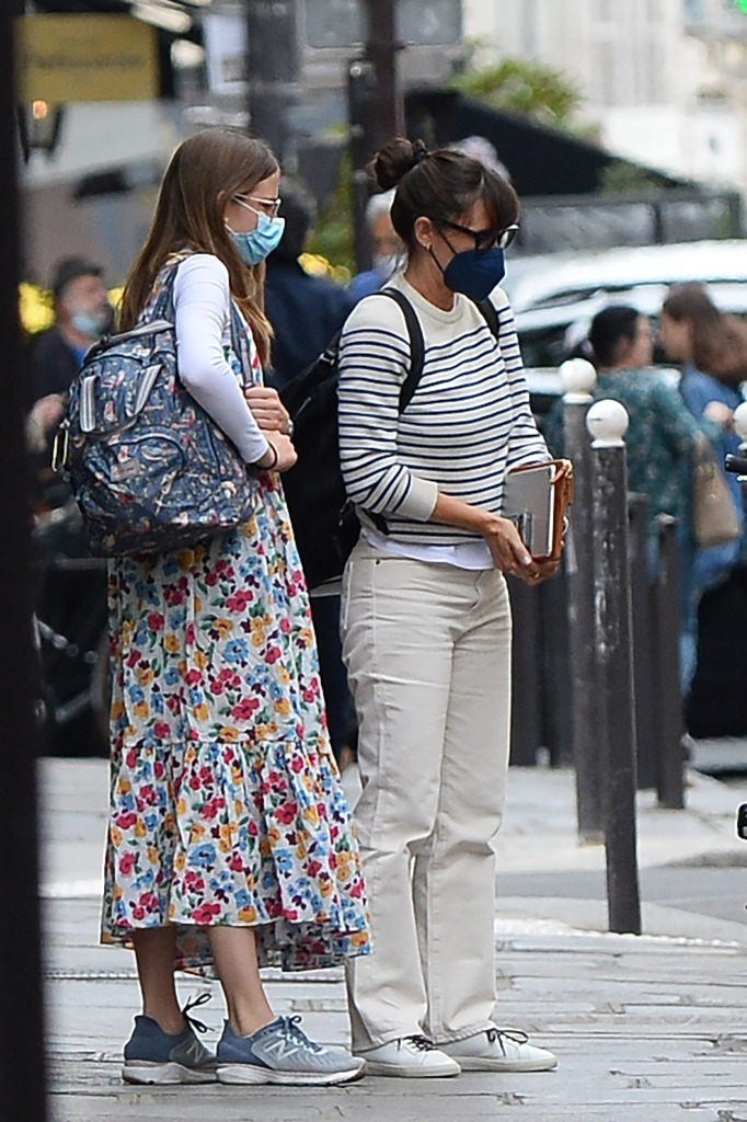 Jennifer Garner and her daughter Violet Affleck seen arriving in Paris, France on July 1, 2021. 01 Jul 2021 Pictured: Jennifer Garner and Violet Affleck. Photo credit: KCS Presse / MEGA TheMegaAgency.com +1 888 505 6342 (Mega Agency TagID: MEGA766843_002.jpg) [Photo via Mega Agency]