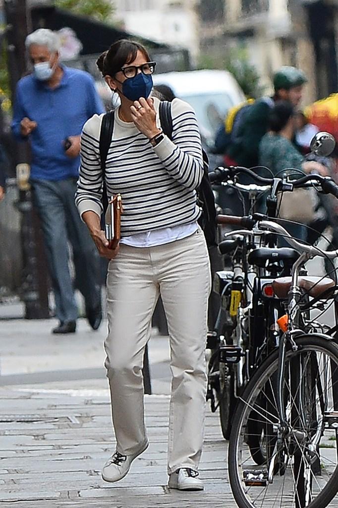 Jennifer Garner and her daughter Violet Affleck seen arriving in Paris, France on July 1, 2021. 01 Jul 2021 Pictured: Jennifer Garner. Photo credit: KCS Presse / MEGA TheMegaAgency.com +1 888 505 6342 (Mega Agency TagID: MEGA766843_007.jpg) [Photo via Mega Agency]