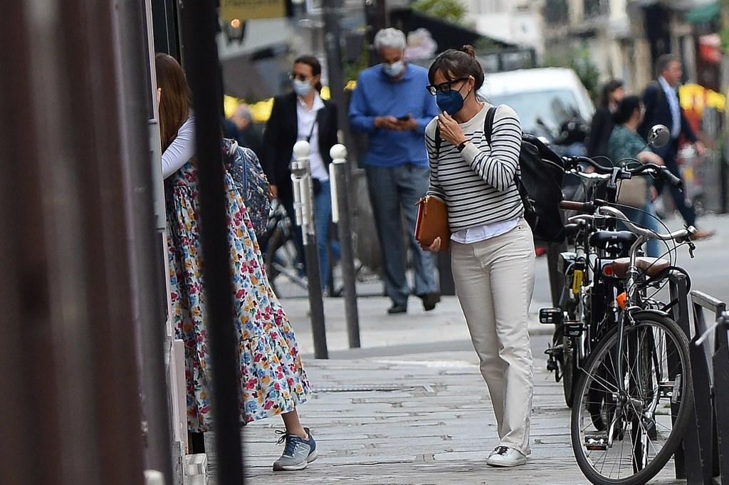 Jennifer Garner and her daughter Violet Affleck seen arriving in Paris, France on July 1, 2021. 01 Jul 2021 Pictured: Jennifer Garner. Photo credit: KCS Presse / MEGA TheMegaAgency.com +1 888 505 6342 (Mega Agency TagID: MEGA766843_010.jpg) [Photo via Mega Agency]