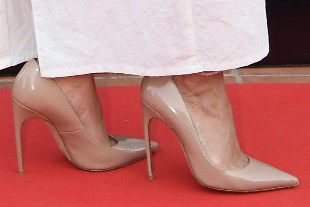 Vanessa Hudgens, pointed-toe pumps