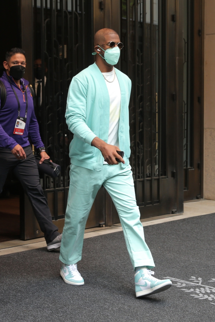 chris paul, chemise bleue, pantalon, baskets, nyc