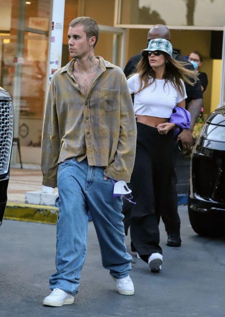 hailey baldwin, crop top, t-shirt, pants, trousers, sneakers, nike, air force 1, justin bieber, bucket hat, purse, date, la