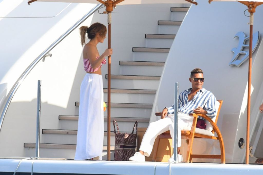 jennifer lopez, bandeau, striped bikini, white pants, coverup, ben affleck, boat, yacht, wedges, red, italy