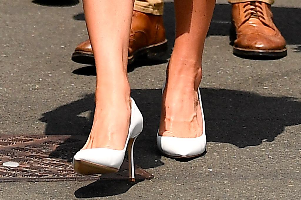 kate middleton, skirt, t-shirt, blazer, heels, pumps, wimbledon, tennis, london, navy