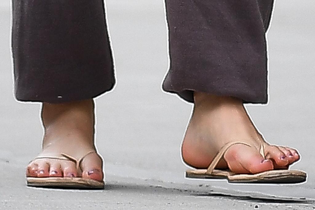 suri cruise, tank top, thong sandals, flip flops, sweats, friend, new york