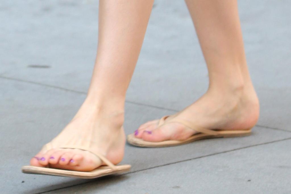 suri cruise, shorts, tank top, flip flops, thong sandals, new york