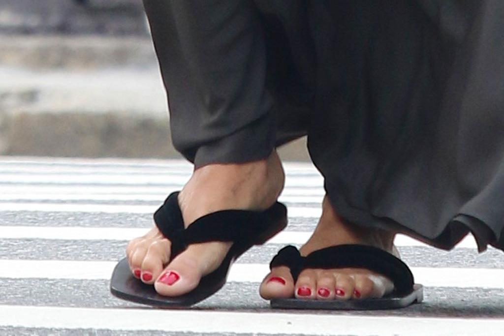 zoe kravitz, skirt, thong sandals, flip-flops, skirt, low-rise skirt, 90s, new york, shopping