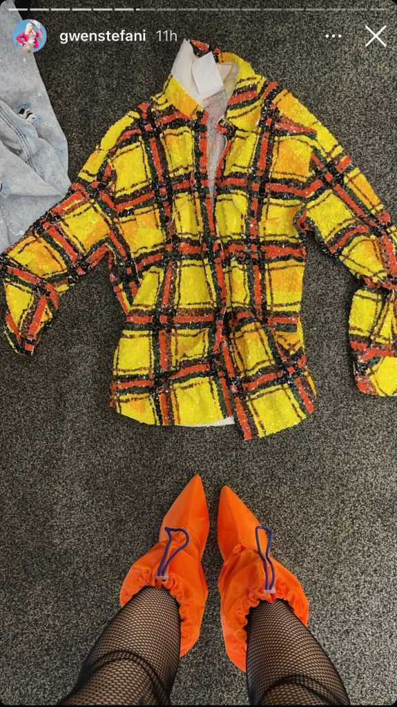 gwen stefani, bra, bralette, tights, fishnet tights, orange boots, flannel, jacket, shorts, concert, blake shelton