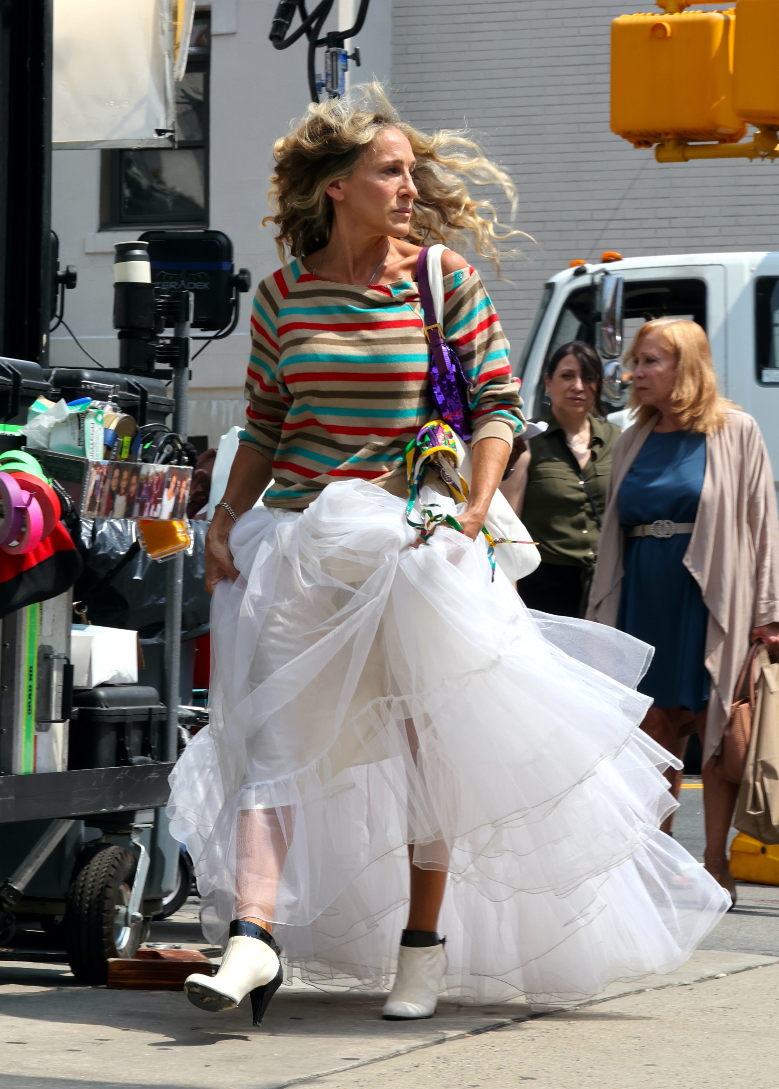 """Sarah Jessica Parker are seen filming """"And Just Like That..."""" the follow up series to """"Sex and the City"""" in New York City. 27 Aug 2021 Pictured: Sarah Jessica Parker. Photo credit: Jose Perez/Bauergriffin.com / MEGA TheMegaAgency.com +1 888 505 6342 (Mega Agency TagID: MEGA781825_004.jpg) [Photo via Mega Agency]"""