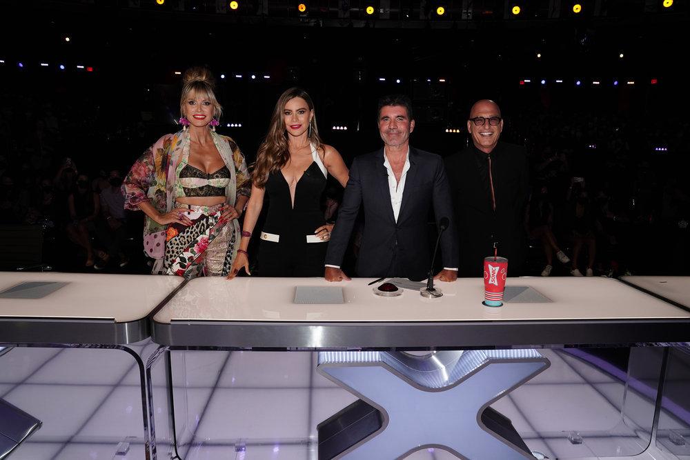 sofia vergara, jumpsuit, plunging, black top, americas got talent, agt, live shows, heels