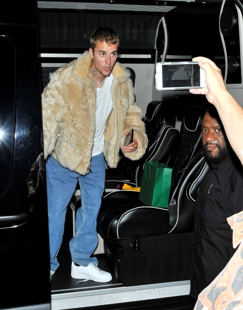 justin bieber, t-shirt, fur coat, necklace, jeans, dad jeans, sneakers, nike, air force 1, la, party, club