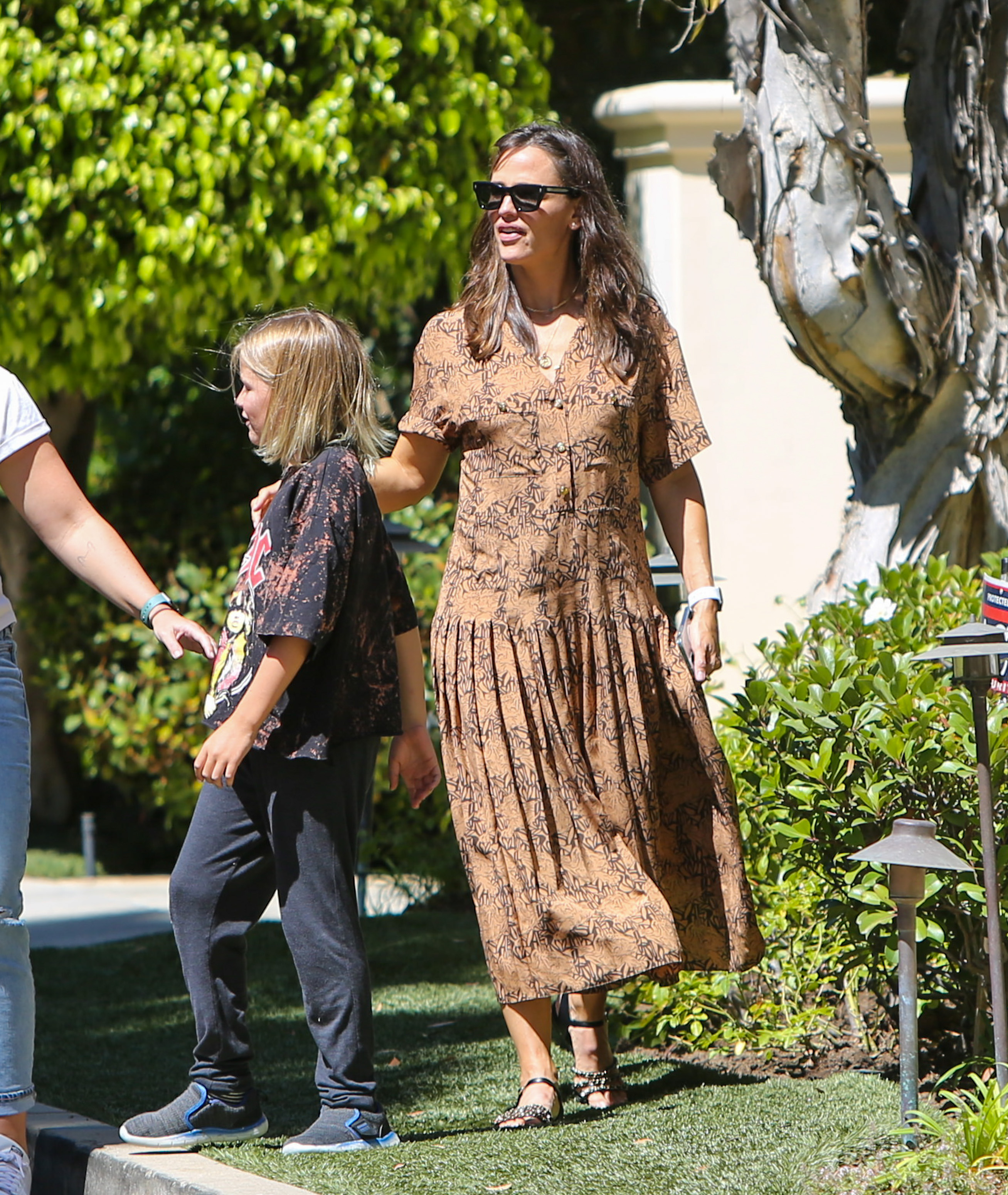 Jennifer Garner is seen with Violet, Seraphina and Samuel Affleck in Los Angeles, California. NON-EXCLUSIVE September 11, 2021 210911BG004 Los Angeles, CA www.bauergriffin.com. 11 Sep 2021 Pictured: Jennifer Garner. Photo credit: BG004/Bauergriffin.com / MEGA TheMegaAgency.com +1 888 505 6342 (Mega Agency TagID: MEGA786259_004.jpg) [Photo via Mega Agency]