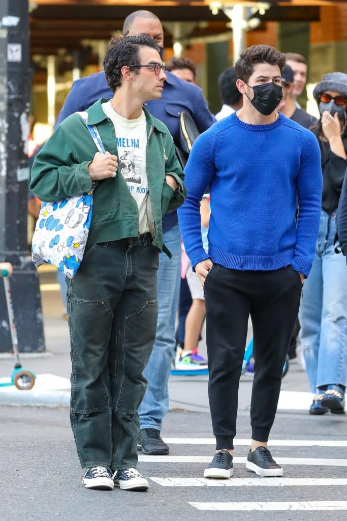 Joe Jonas and Nick Jonas were spotted walking around in NYC. 29 Sep 2021 Pictured: Joe Jonas and Nick Jonas. Photo credit: ZapatA/MEGA TheMegaAgency.com +1 888 505 6342 (Mega Agency TagID: MEGA792182_002.jpg) [Photo via Mega Agency]