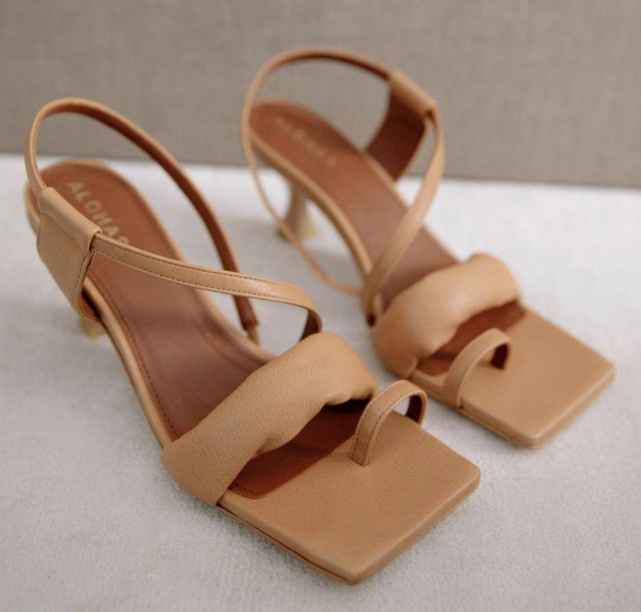 tan heels, sandals, big toe, alohas