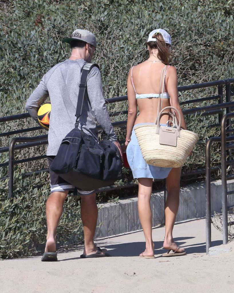 alessandra ambrosio, bikini, shorts, hat, flip flops, thong sandals, boyfriend, beach, volleyball, la