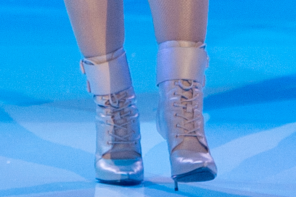 doja cat, shorts, bralette, glittering shorts, gloves, fishnet tights, boots, booties, balmain, paris fashion week, show