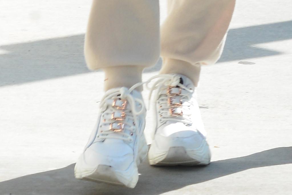 heidi klum, sweatpants, sweatshirt, hoodie, sneakers, chunky sneakers, sunglasses, red purse, la, beverly hills, tom kaulitz, shopping