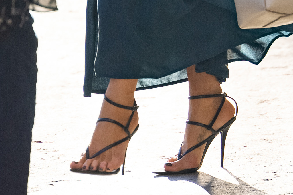 jennifer aniston, bustier dress, ruched dress, blue, thong heels, sandals, jimmy kimmel, la