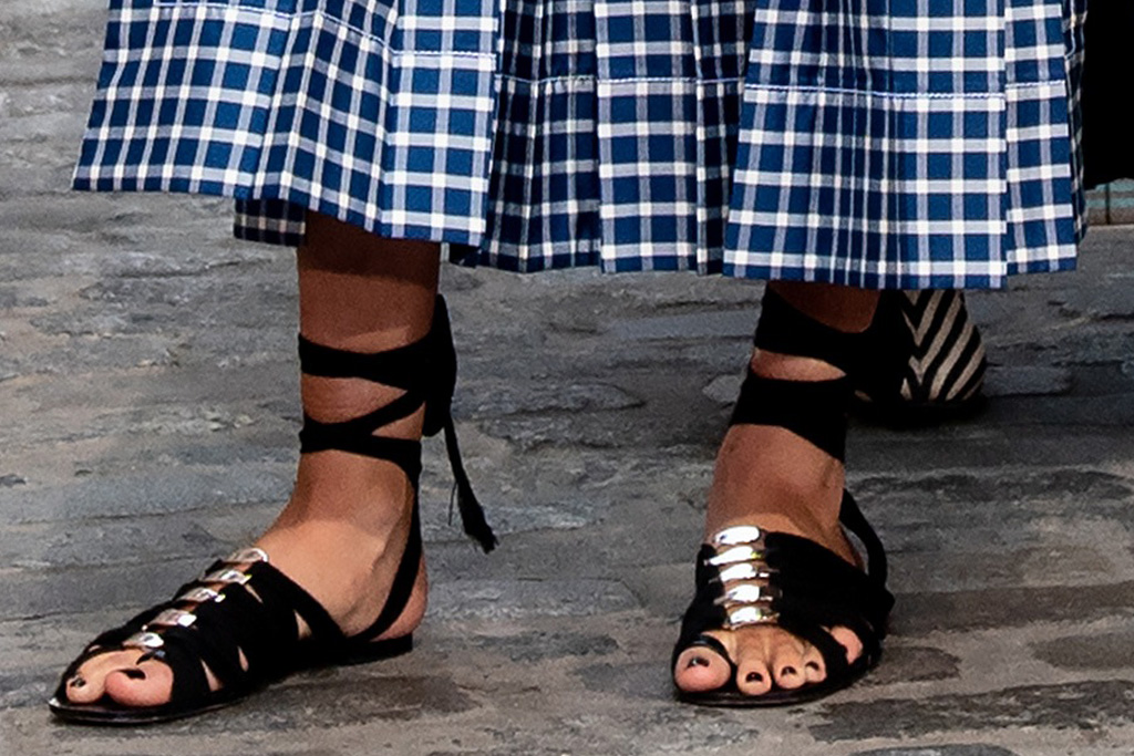 kate upton, dress, checkered dress, necklace, sandals, gladiator sandals, tory burch, nyfw, new york, spring 22, show, runway, model, blue