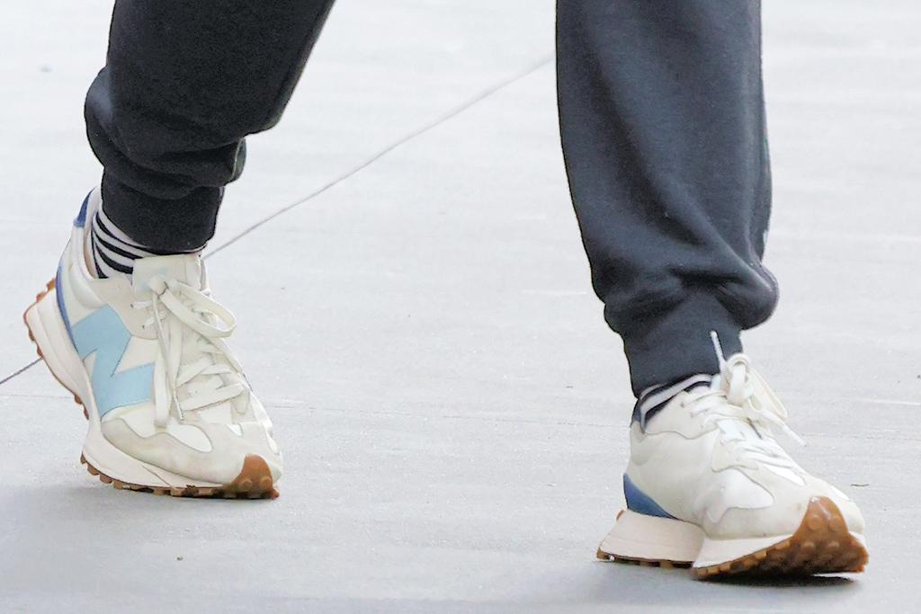 katie holmes, t-shirt, sneakers, new balance, sweatpants, apartment, new york