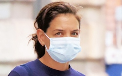 katie holmes, t-shirt, sneakers, new balance,
