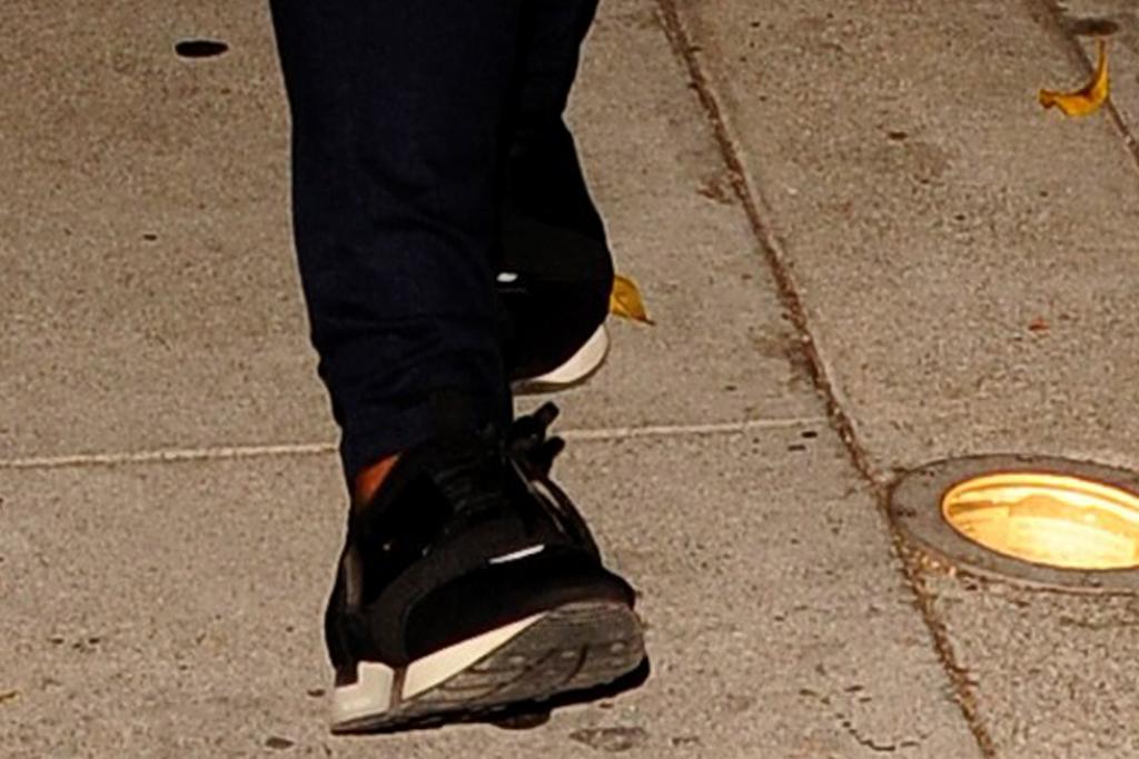 mindy kaling, skinny jeans, sweater, sneakers, sweatshirt, bj novak, dinner, date, la