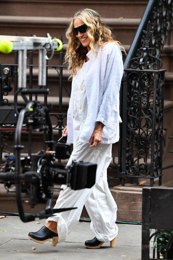 sarah jessica parker, jumpsuit, jacket, purse, sunglasses, clogs, hot fella, set, sex and the city, and just like that