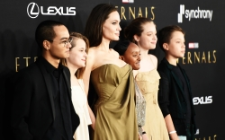 Angelina Jolie and her children (L-R)