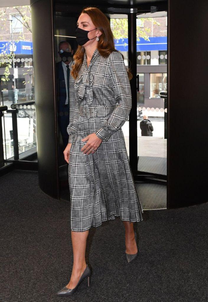 kate middleton, dress, houndstooth dress, black and white, snakeskin heels, pumps, london, university